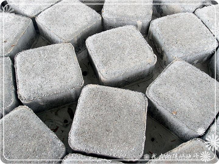 麵包磚間隙倒入一層水泥固定.jpg