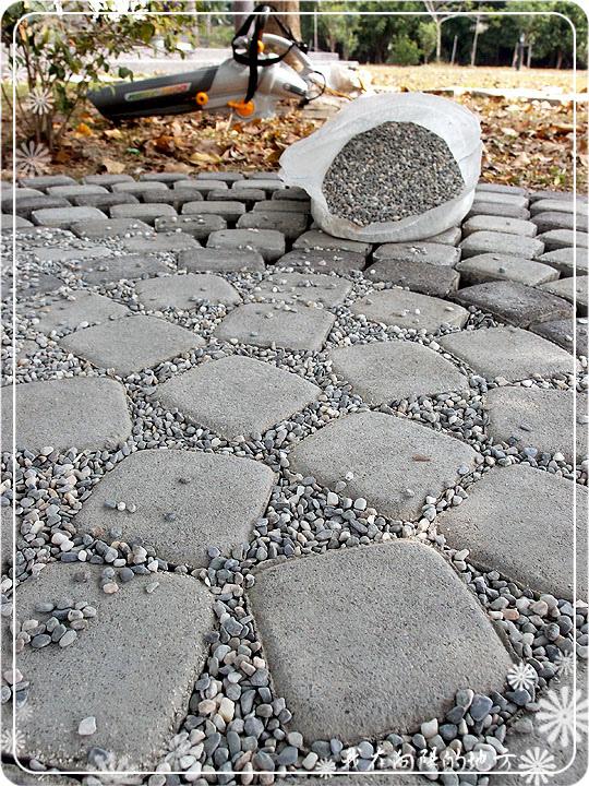 再將小石子填滿間隙.jpg
