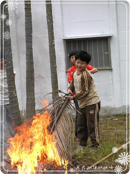 小朋友幫忙燒椰子樹葉_2.jpg