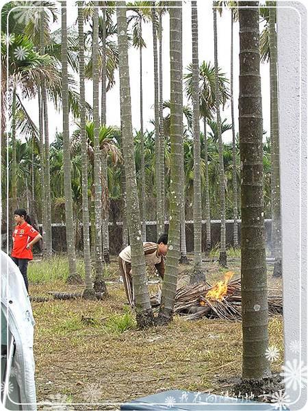 小朋友幫忙燒椰子樹葉_1.jpg