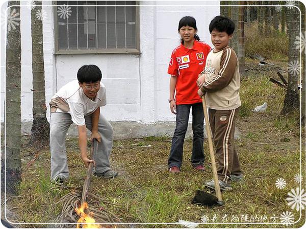 小朋友幫忙燒椰子樹葉.jpg