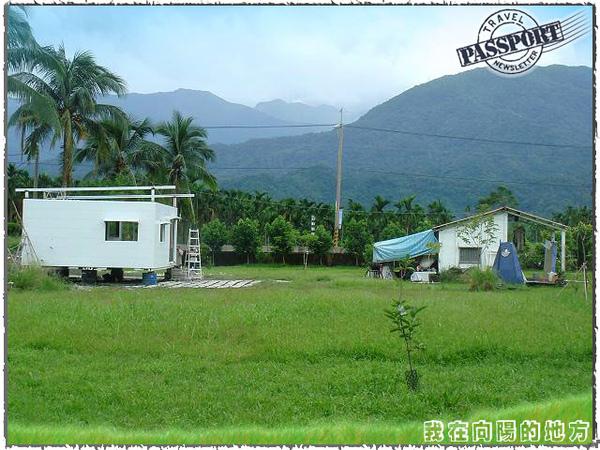 26.從農場後方看施工中的貨櫃屋.jpg