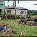 3.六個油桶當作貨櫃屋的地基.jpg