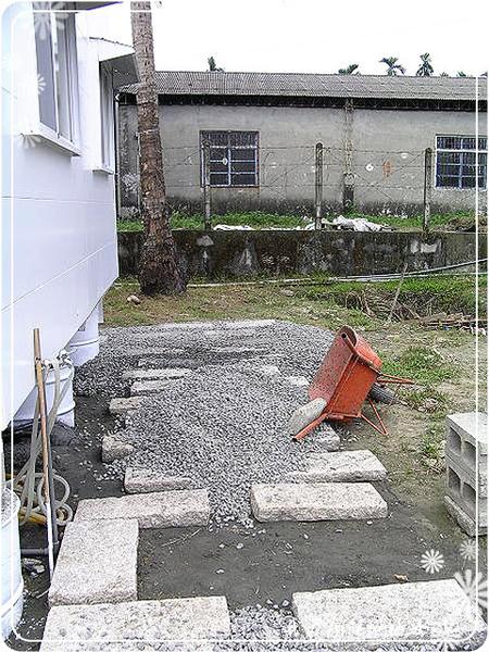 22.石版間還要鋪上碎石子_1.jpg