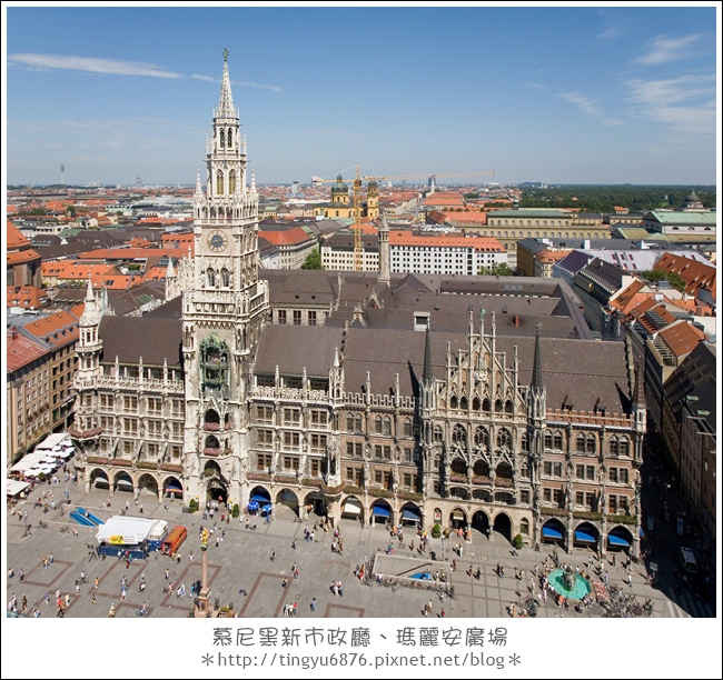 Rathaus_and_Marienplatz_from_Peterskirche_-_August_2006.jpg