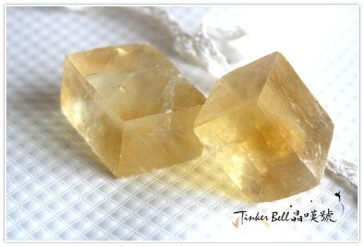 金色方解石塊狀,淨化環境及凝聚事物實現的力量。
