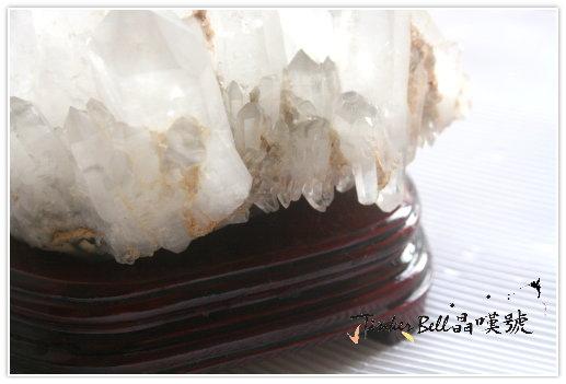 聚富水晶簇就是底部簇生許多小石英晶柱。水晶簇正面近拍