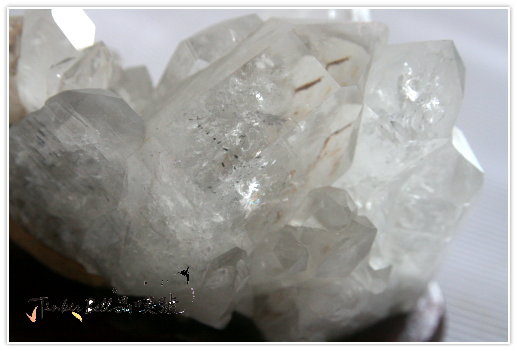 含墨綠色電氣石原礦聚富水晶簇,水晶簇背面