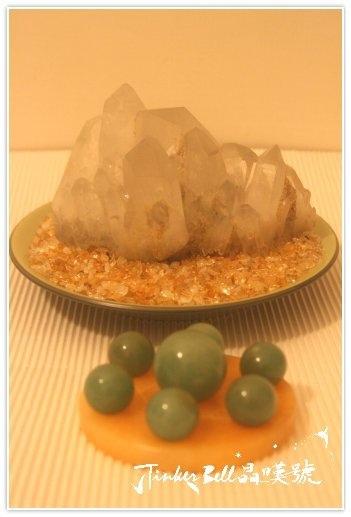 墨綠色電氣石原礦水晶簇前方擺放,黃方解石七星盤+綠色東菱石七顆。