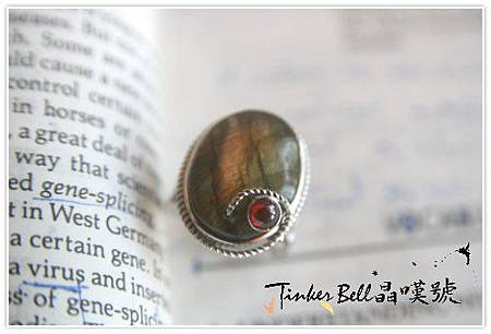 粉色暈光拉長石+紅石榴石戒指,讓人能夠真正了解靈擺,解讀靈擺訊息時無往不利。