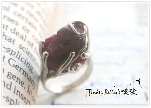 原礦紫紅碧璽魔法戒指,提升周身頻率使人與自然體連結更好,加強海底輪能量。.jpg