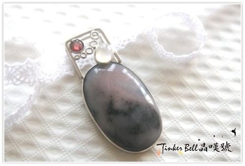 粉紅白石含黑色電氣石+月光石+石榴石,對宇宙心智和內在的大我連結有所覺醒,而達到更高層次的境界。