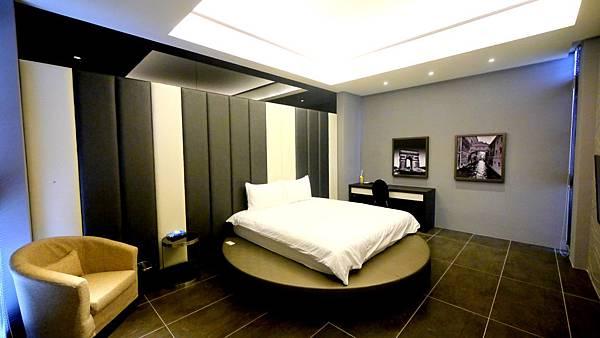 博客來民宿 其實我走進這間房的時候,覺得他有點汽車旅館的設置 可能是因為下方圓形的設計,讓人有一種錯覺 床頭的設計用黑白鍵的方式,讓我想到鋼琴 以黑白為主軸,簡單利落,不失設計感 喜歡簡單空間的朋友,也能有一夜好宿