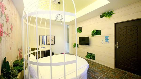 博客來民宿 看到這一間的時候,我被這樣的設計有點嚇到 用鳥籠設置房間誒,怎麼會有這樣的想法 其實我最喜歡的是他整體的空間規劃設計,讓人走進房間就能感受到一種氛圍 彷彿每個房間都是異次空間,讓你感受不同的氛圍 而這一間還營造出了小森林的鳥籠感 睡在上面,是一種我是一隻小小鳥的概念