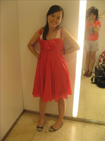 這衣服是太大了不然我想穿起來一定很美..
