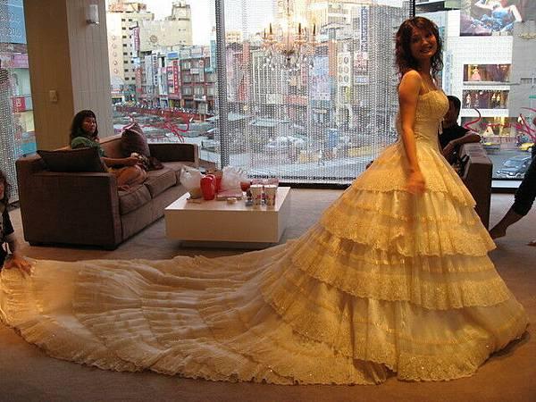 拖的很長的裙,婚紗就是要這樣