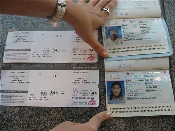咳..我的護照的照片很挫.每次過海闗都會被看很久...