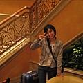 到飯店大廳.我們在那等偷渡..