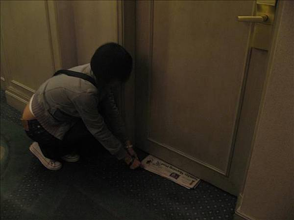 在演.偷放報紙..