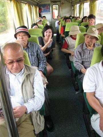 我們這車箱很國際化..有日本人還有外國人呢..