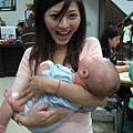 翁小欣抱小孩有種說不出的怪呢..