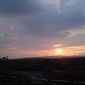 騎車的路上看到的夕陽.很美...