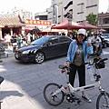 超酷的啦..騎鐵馬到霞海城隍廟..也就是有名的月老廟..