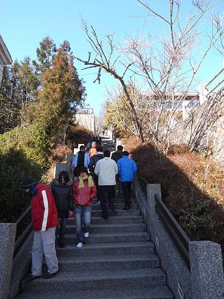 要上去坐碰碰車要走這長長的樓梯