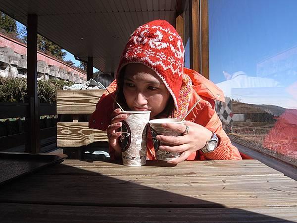 不能坐蹦蹦車..我很落陌.....的喝咖啡..