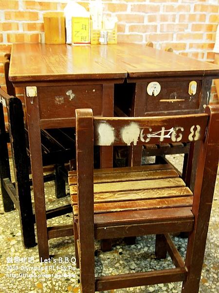 用課桌椅代替餐桌
