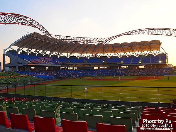 洲際球場的特色就是大缝線的設計