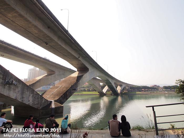 捷運新店站旁的高架橋