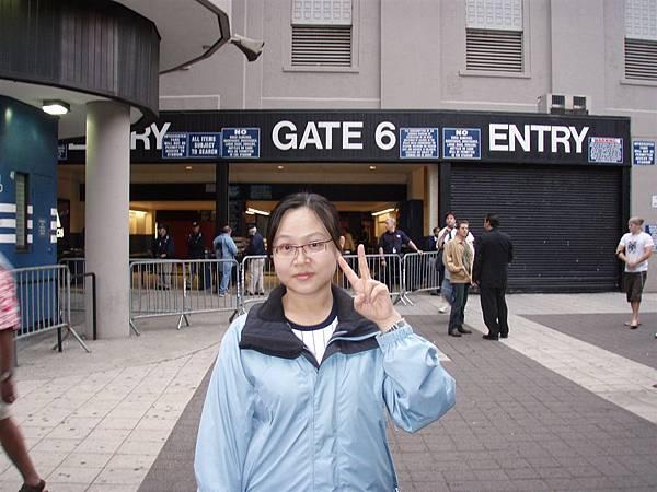 19 win-Gate 6入口--管很嚴!所有的包包都要被檢查除了..女生的隨身小包檢查後才可帶入