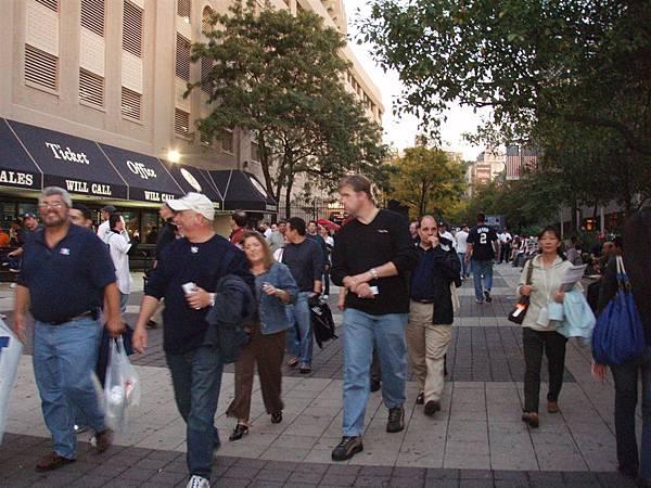post season Game 1-街道沸騰...球場附近都是穿戴著洋基球服的球迷!