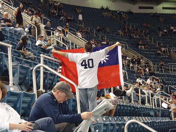 post season Game 1-又一熱血的台灣人...他帶了國旗和自製標語,到處請老外幫忙舉!讚!!!