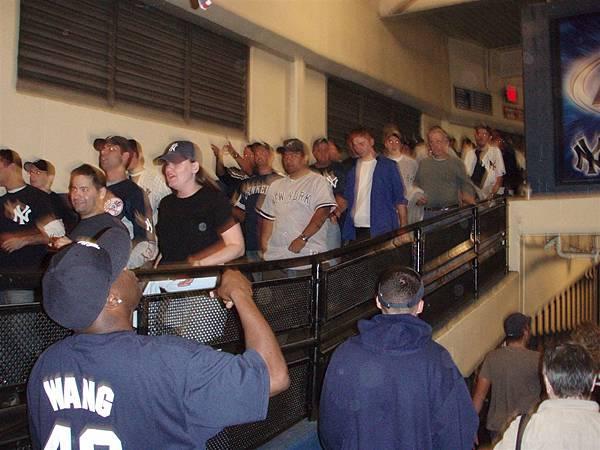 post season Game 1-歡喜的球迷!連離場都在亂叫,難得看到一個穿王的藍T的老外球迷!