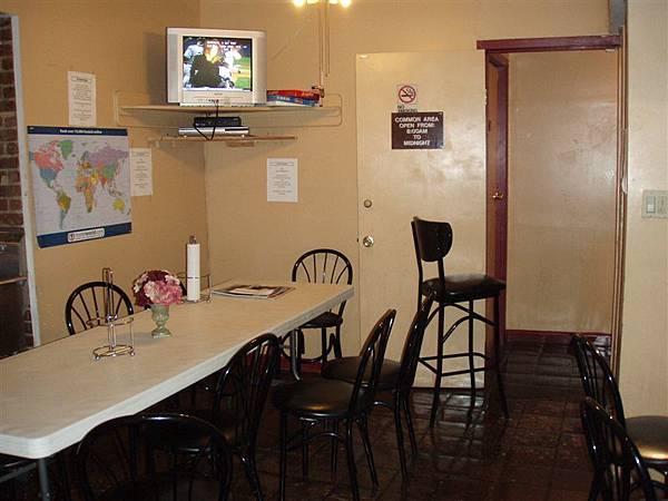 公用廚房,也是小交誼廳,有各式各樣的廚具!這個廚房成為我們在NYC最重要的地方!!