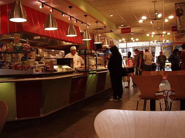DAY 2-PAX:一家連鎖pizza店,還算好吃!