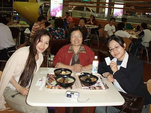 DAY 13-香港機場的意外餐!!!!拉麵沙拉和飲料