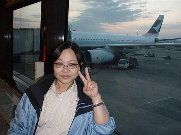 DAY 1-桃園中正機場--兩個人一起出發到香港轉機,清晨六點的飛機!我們三點半就到!天...