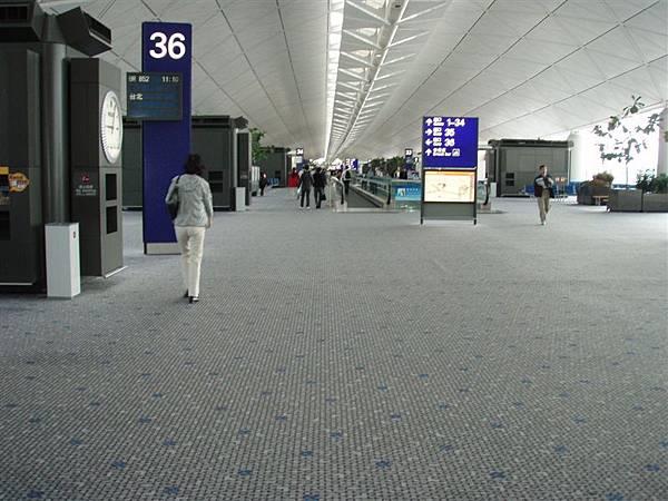 DAY 1-香港赤臘角機場--一個人的香港機場!我們在香港機場就各自撘下一段的飛機!一個到紐華克一個到甘迺迪