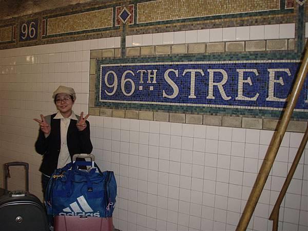 DAY 1-拖行李狼狽的坐地鐵--她們的地鐵老舊就算了!竟然沒有無障礙空間!我們兩拖行李爬過一條又一條的長階梯