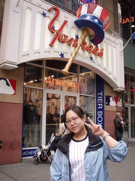 DAY 2-時代廣場的洋基專賣店!小殺了一些東西!但是因為這一天要去看球賽!所以也不敢買太多東西