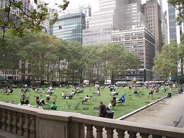 DAY 2-布萊恩公園--在高樓大廈群中的一塊公園綠地,很多人在這邊裝悠閒在看書
