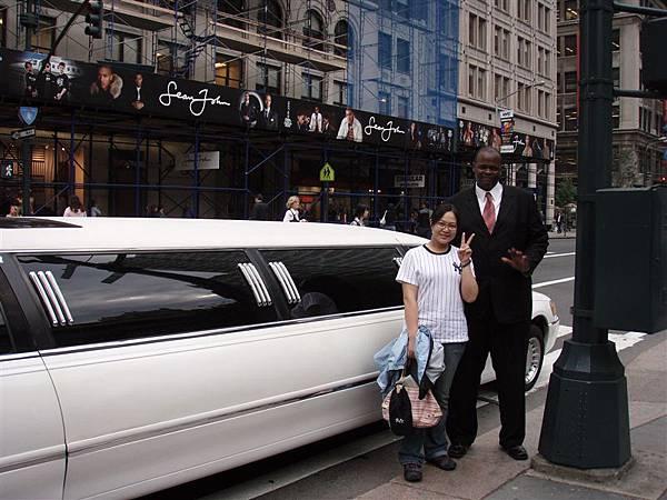 """DAY 2-紐約公共圖書館在顧加長禮車的司機!好多人去跟他照相!沒想到我也可以看起來很""""嬌小""""哩!哈哈"""