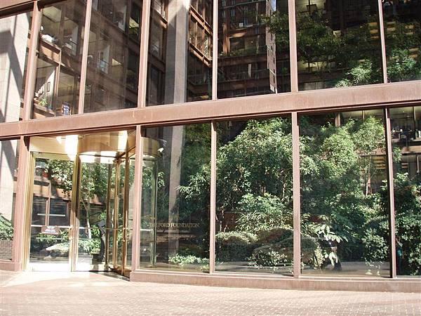 DAY 3-福特大樓內有穿透數層樓的樓中庭園!可惜只能在外面看不能進去