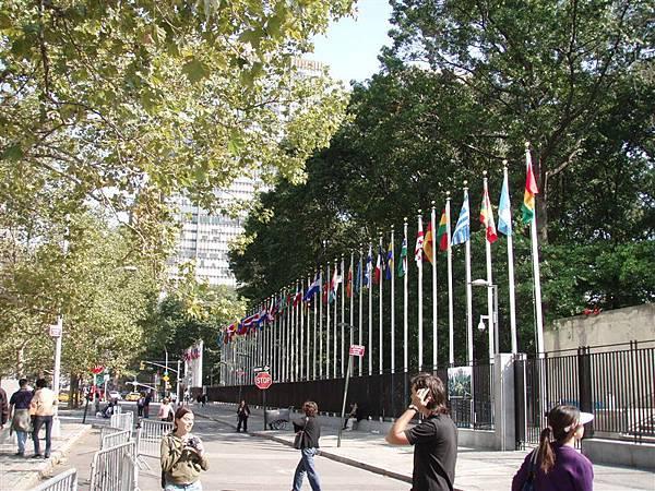 DAY 3-聯合國--很多各國的國旗!就是沒有台灣的...唉