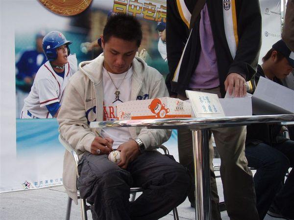 陳鏞基一直都很拼命在簽...因為筆劃最多!!!
