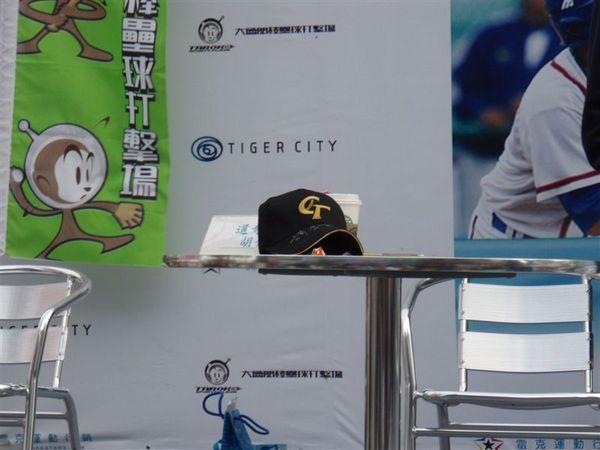 胡金龍桌上的CT簽名帽