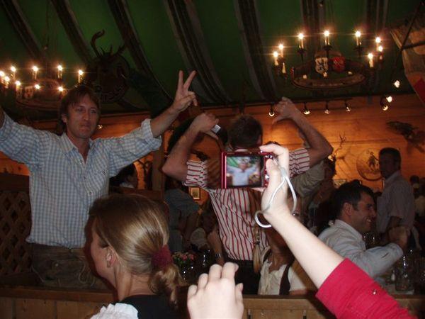 啤酒屋內-只要有相機對他們...大家就很熱情